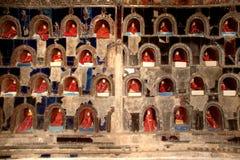 Buddhas внутрь на пагоде стены виска Nyan Shwe Kgua в Мьянме стоковое фото rf