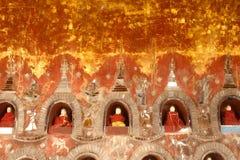 Buddhas внутрь на пагоде стены виска Nyan Shwe Kgua в Мьянме стоковое изображение rf