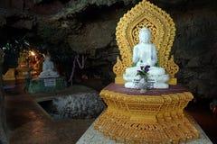 Buddhas в пещере стоковое фото rf