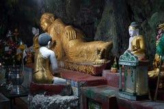 Buddhas в пещере стоковое изображение rf