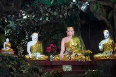 Buddhas в пещере стоковые изображения