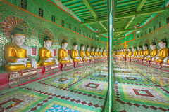 Buddhas и стена в виске, холме Sagaing стоковая фотография