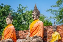 Buddhas на виске Wat Yai Chai Mongkol в Ayutthaya, Thail стоковые фотографии rf