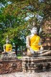 Buddhas на виске Wat Yai Chai Mongkol в Ayutthaya, Thail стоковые изображения