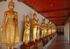 Buddhas на галерее Wat Pho длинной стоковое изображение rf