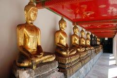 Buddhas на галерее Wat Pho длинной стоковое фото