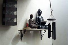2 buddhas на полке с ладаном и windchime Стоковая Фотография RF