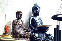 2 buddhas на полке с ладаном Стоковое Изображение