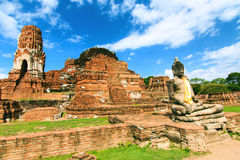 Buddhas перед Stupa в Ayutthaya стоковые изображения