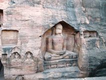 Buddhas antiguo en la roca de Gwalior/de la India foto de archivo libre de regalías