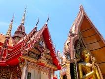 Buddhas bij de tempel Stock Afbeeldingen