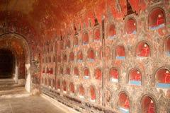 Buddhas binnen bij muurpagode van de tempel van Nyan Shwe Kgua in Myanmar Royalty-vrije Stock Fotografie