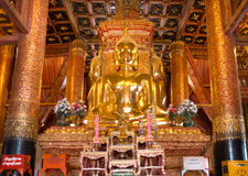 Buddhas d'or reposent chacune des 4 directions dans Wat Phumin photos libres de droits