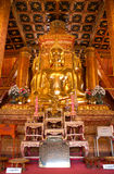 Buddhas d'or reposent chacune des 4 directions dans Wat Phumin image stock