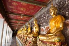 Buddhas de oro alineados Foto de archivo libre de regalías
