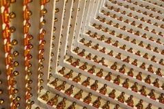 Buddhas de oro dentro del templo principal de los diez milésimos Buda Fotografía de archivo libre de regalías