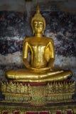 Buddhas de oro en Wat Suthat, Bangkok Foto de archivo