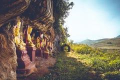 Buddhas donnant sur les flancs de coteau de Myanmar images libres de droits