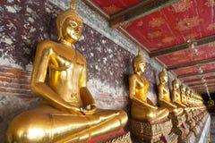 Buddhas dorati allineati Immagini Stock