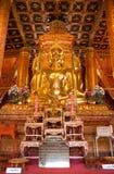 Buddhas dorato sta sedendo tutte e 4 le direzioni in Wat Phumin Immagine Stock