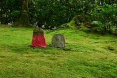 Buddhas en pierre dans le temple japonais moussu, Kyoto Japon Images stock