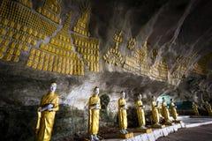 Buddhas雕象和宗教雕刻在沙丹罪孽分钟洞 Hpa 免版税库存图片