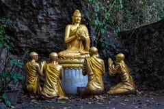 Buddhas a lo largo de la cueva en el soporte santo Phousi, Luang Prabang, Laos de la monta?a imagen de archivo