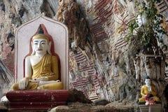 Buddhas posé par deux Image libre de droits