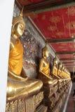 Buddhas que se sienta a piernas cruzadas en una línea Fotos de archivo