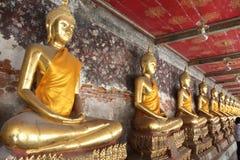 Buddhas que se sienta a piernas cruzadas en una línea Foto de archivo