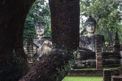 4 buddhas (vila och sittande buddha) Kamphaeng historiska Phet parkerar, Thailand. UNESCOvärldsarv. Arkivfoto