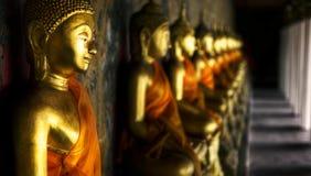 Buddhas Wat Arun που προσεύχεται τη χρυσή έννοια Στοκ Εικόνες
