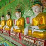 Buddhas y pared en templo Foto de archivo