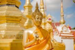 Buddhaskulptur i den Thailand templet Arkivfoton