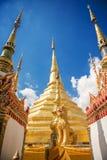 Buddhaskulptur i den Thailand templet Arkivbilder