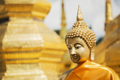 Buddhaskulptur i den Thailand templet Royaltyfri Foto