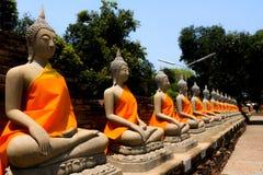 Buddhaskulpturer på Wat Yai Chaimongkol Arkivbild