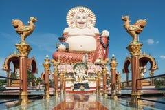 Buddhastaty bredvid en tempel, Koh Samui arkivbilder