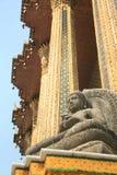 Buddhastaty framme av kyrkan Royaltyfri Fotografi