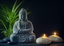 Buddhastaty, handdukar och stearinljus arkivfoto