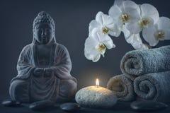 Buddhastaty, handdukar och stenar arkivbilder