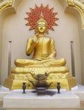 Buddhastaty i buddistisk tempel Arkivbild