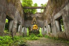 Buddhastaty i dekadent kapell på Sangkhla Buri royaltyfria bilder