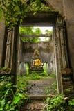 Buddhastaty i dekadent kapell på Sangkhla Buri arkivfoton