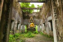 Buddhastaty i dekadent kapell på Sangkhla Buri royaltyfria foton