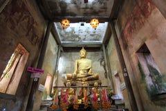 Buddhastaty i gammal kyrka av den thailändska templet Royaltyfria Bilder