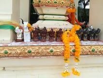 Buddhastaty i gungning för hus för Thailand tempelande fotografering för bildbyråer