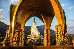Buddhastaty i kupol Fotografering för Bildbyråer
