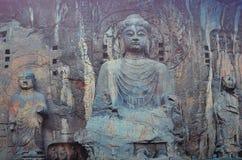 Buddhastaty i mitten av Longmen grottor arkivfoto