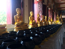 Buddhastaty i Phra Mahathat Kaen Nakhon, Khonkaen Thailand - offentlig tempel Royaltyfria Foton
